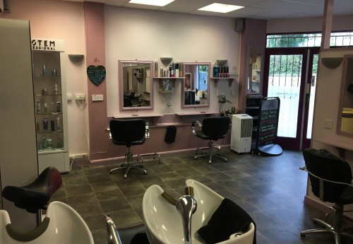 M3448 : REPUTABLE HAIR AND BEAUTY SALON